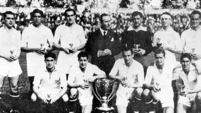 Los jugadores del Sevilla 45-46 posan con el trofeo de campeón liguero (Foto: ABC)