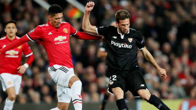 Franco Vázquez intenta el pase ante el jugador del Manchester United Smalling (Foto: Reuters)