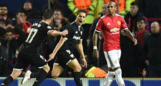 Ben Yedder celebra con Sarabia uno de los goles anotados en Old Trafford (Foto: Reuters)