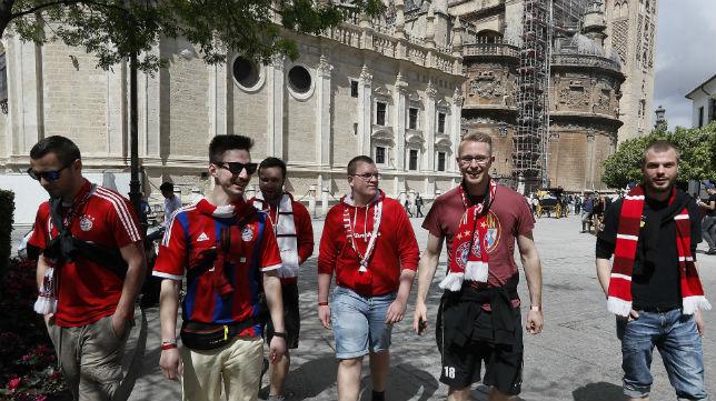 Un grupo de seguidores del Bayern Múnich pasea por los alrededores de la Catedral y la Giralda (Foto: EFE)