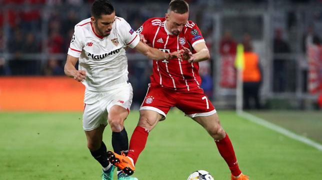 Sarabia pugna con Ribery por el balón (Foto: Reuters).