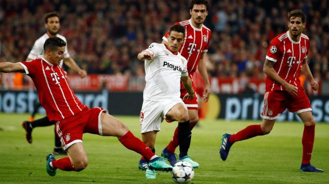 Ben Yedder disputa un balón con el jugador del Bayern James (Foto: AFP)