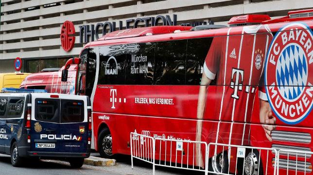 Imagen del autocar del Bayern Múnich en su hotel de concentración, protegido por un furgón policial (Foto: EFE)