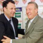 Joaquín Caparrós, en su primera presentación, con Roberto Alés el 20 de mayo de 2000