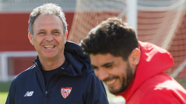 Caparrós y Banega sonríen en el entrenamiento del Sevilla (EFE)