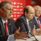 Joaquín Caparrós, José Castro y Gabriel Ramos, en la sala de prensa del Sevilla (Raúl Doblado)