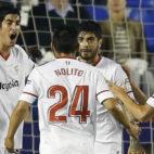 Nolito, Banega, y Sarabia se acercan a Carlos Fernández para celebrar el gol que el canterano anotó en el Ciutat de Valencia (Foto: EFE)