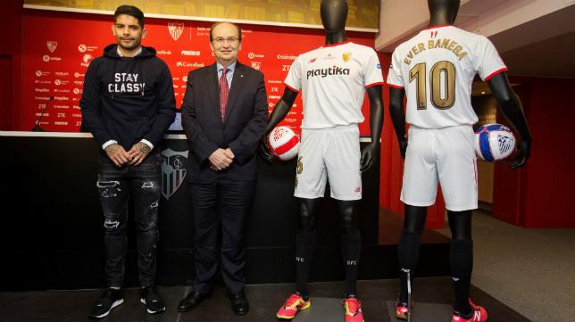 José Castro y Ever Banega posan con la camiseta de la final de la Copa del Rey