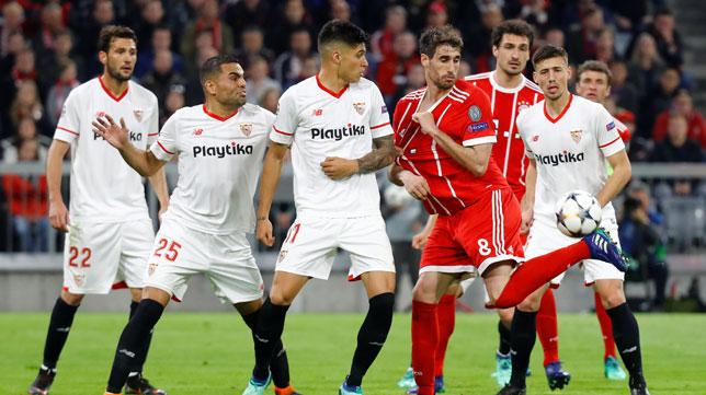 Javi Martínez golpea de espuela ante varios jugadores del Sevilla (Foto: Reuters).