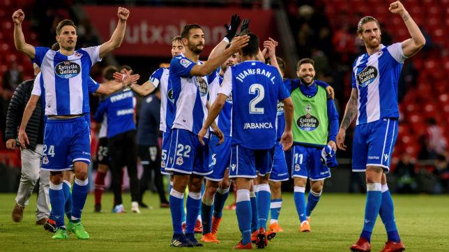 Los jugadores del Deportivo celebran su triunfo en San Mamés (EFE)