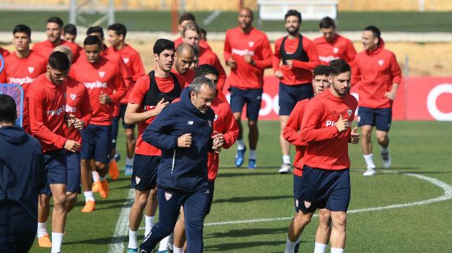 Jugadores del Sevilla durante un entrenamiento, a las órdenes de Montella FC (Juan José Úbeda)