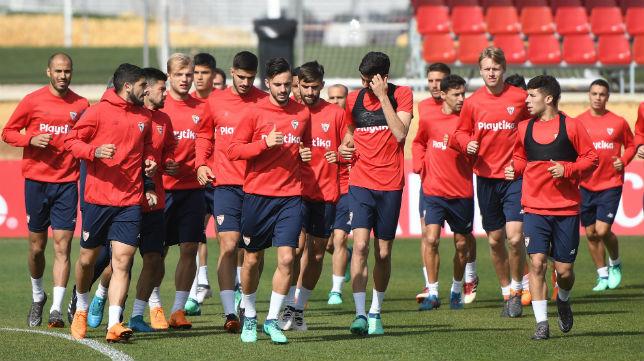 Jugadores en el entrenamiento del Sevilla FC (Juan José Úbeda)