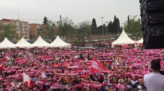 La afición del Sevilla, en la fan zone
