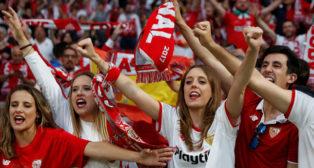 Aficionadas del Sevilla apoyan a su equipo durante el calentamiento antes de la final de Copa (Foto: Reuters).