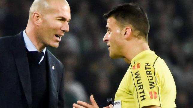 Gil Manzano conversa con Zidane durante un partido