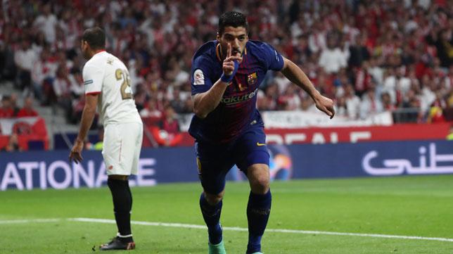 Suárez celebra el 1-0 ante la decepción de Mercado (Foto: AFP).