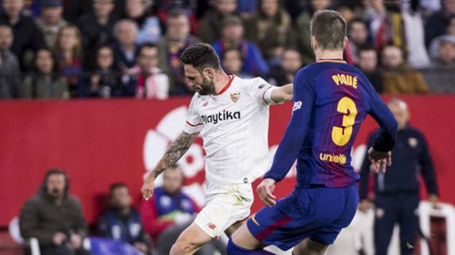 Miguel Layún, ante Piqué, durante el Sevilla-Barcelona (EFE)