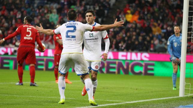 Jairo es felicitado por Donati tras marcar en el Allianz Arena