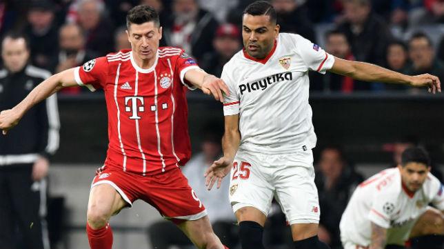 Mercado disputa un balón con el delantero del Bayern Lewandowski (Foto: AFP)