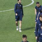 Vincenzo Montella observa el entrenamiento de sus jugadores previo al Sevilla-Bayern (Foto: EFE)