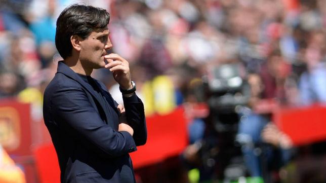 Vincenzo Montella, pensativo durante el Sevilla-Villarreal (Foto: AFP)