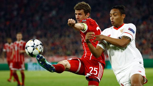 Muriel pugna con Müller (Foto: AFP).