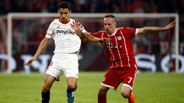 Jesús Navas disputa un balón con el futbolista del Bayer Ribery (Foto: AFP)