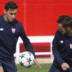 Jesús Navas y Pablo Sarabia, en un entrenamiento con el Sevilla FC (EFE)