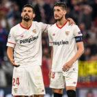 Nolito y Escudero saludan a los aficionados del Sevilla tras el partido contra el Bayern (Foto: AFP)