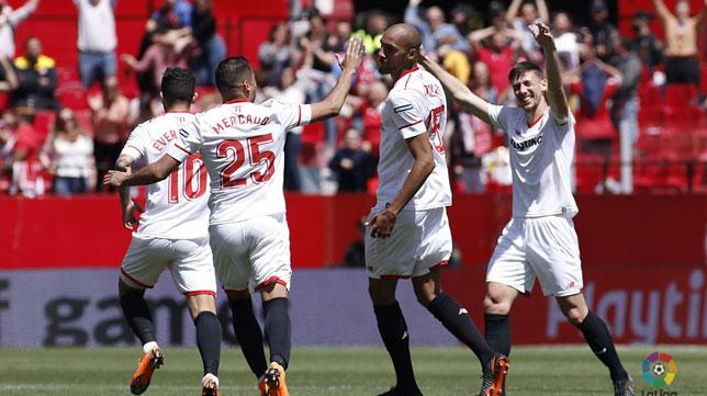 Nzonzi celebra con sus compañeros el 2-2 en el Sevilla FC- Villarreal (Foto: LaLiga).