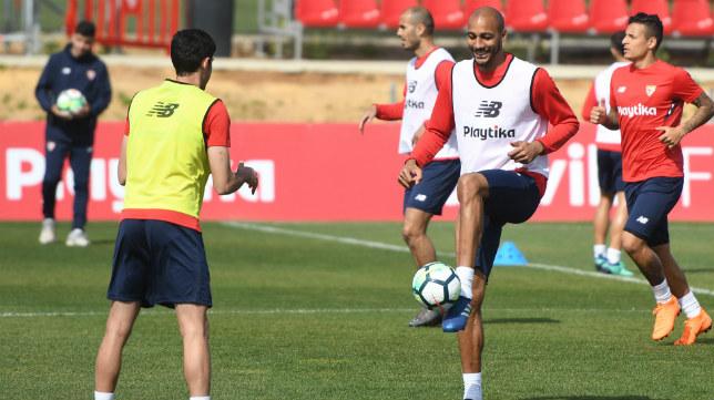 Nzonzi y Carlos Fernández, en un entrenamiento reciente del Sevilla FC