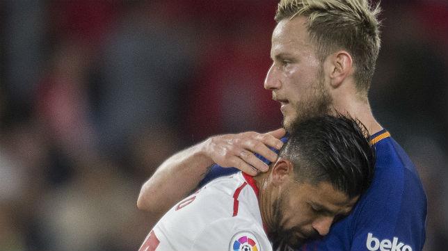 Rakitic consuela a Nolito tras el Sevilla-Barcelona jugado en el Sánchez-Pizjuán (Foto: J. J. Úbeda)