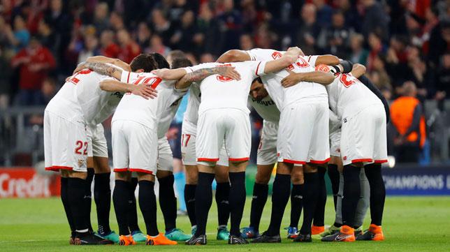 Conjura del Sevilla FC ante de comenzar el encuentro en el Allianz Arena. Foto: Reuters