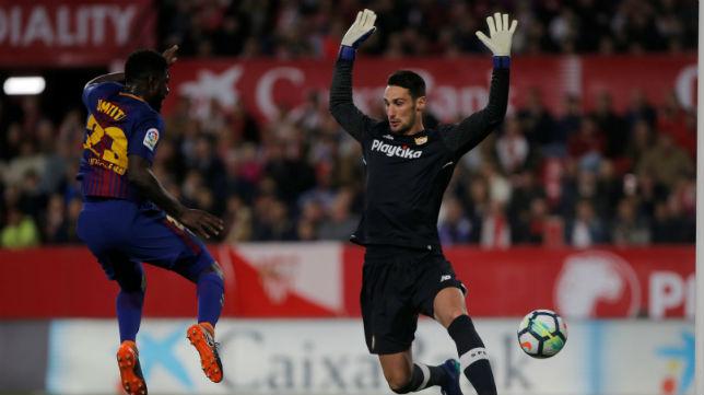Sergio Rico sale ante la llegada del defensa del Barcelona Umtiti (Foto: Reuters)