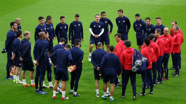 Los jugadores del Sevilla FC escuchan a Montella durante la sesión preparatoria en el Allianz Arena
