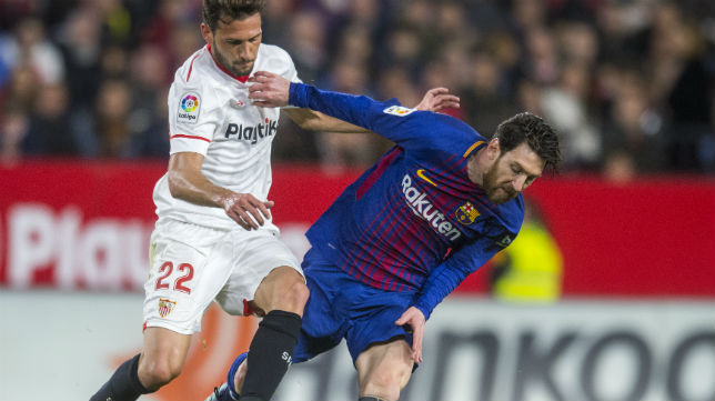 Franco Vázquez disputa un balón con Messi (Foto: J. J. Úbeda)
