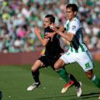 Sarabia corre con Mandi durante el Betis-Sevilla (foto: AFP)