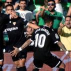Ben Yedder es abrazado tras su gol en el Betis-Sevilla (foto: EFE)