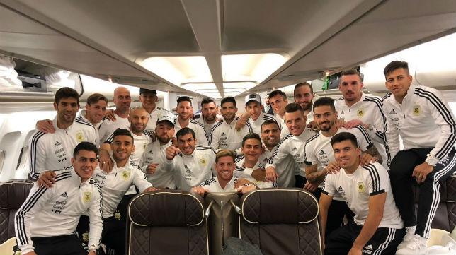 Los internacionales argentinos, en el avión rumbo a Europa (Foto @Argentina)