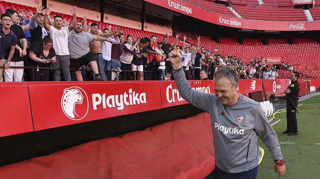 Joaquín Caparrós saluda a los aficionados sevillistas (Foto: Sevilla FC).