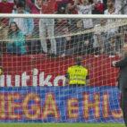 Joaquín Caparrós saluda a los aficionados tras el encuentro contra el Alavés (Foto: J. J. Úbeda)
