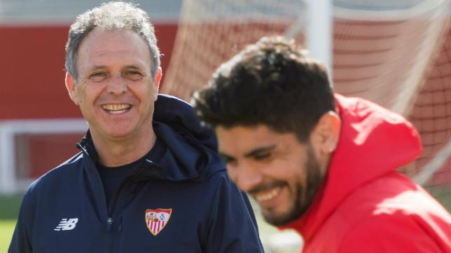 Joaquín Caparrós y Éver Banega (Foto: Raúl Doblado)