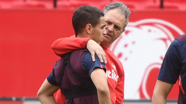 Caparrós motiva a Ben Yedder durante el entrenamiento de este martes (Foto: Juan José Úbeda)