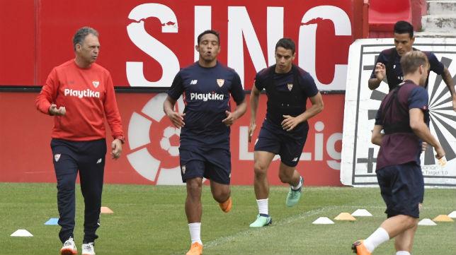 Caparrós, junto a los delanteros del Sevilla Muriel y Ben Yedder (SFC)