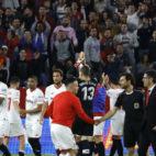 Imagen de la celebración de los jugadores del Sevilla FC con el Gol Norte tras la victoria ante la Real Sociedad (Foto: J. M. Serrano/ABC)