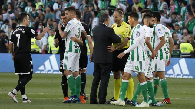 Los jugadores de Betis y Sevilla se saludan tras el derbi en el Benito Villamarín de la 2017-2018