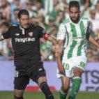 Escudero pugna con Boudebouz en el Betis-Sevilla