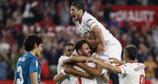 Escudero, Layún, Mercado y Ben Yedder celebran un gol del Sevilla ante el Madrid (EFE)