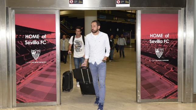 Pablo Machín y el preparador físico Jordi Balcells (detrás), a su llegada anoche al aeropuerto de Sevilla (Foto: Juan José Úbeda)
