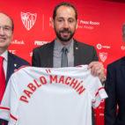 Pablo Machín posa con la camiseta del Sevilla con su nombre (Foto: J. J. Úbeda/ABC)